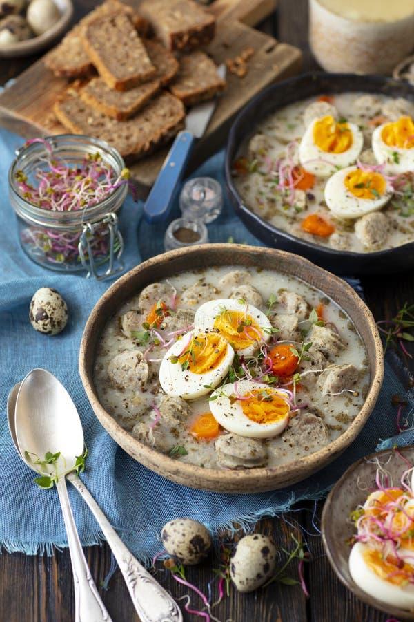 Sopa do Sourdough com salsicha - zurek, sopa polonesa tradicional foto de stock