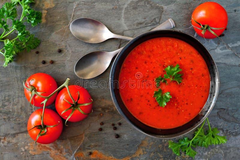Sopa do tomate, cena da tabela de cima em um fundo da ardósia fotos de stock