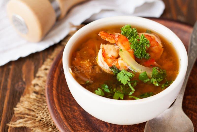 Sopa do tomate com tilapia, camarão e alcaparras foto de stock