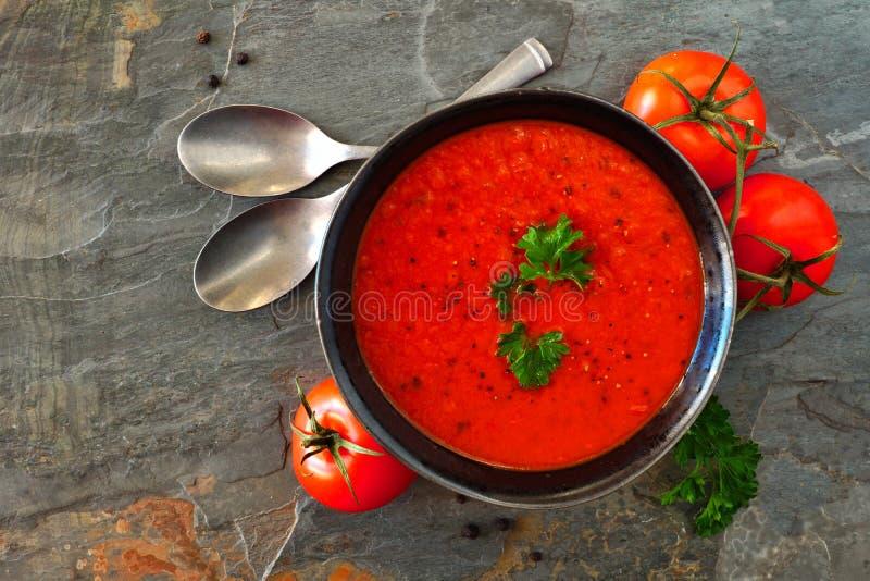 Sopa do tomate, opinião superior da cena da tabela em um fundo da ardósia imagens de stock royalty free