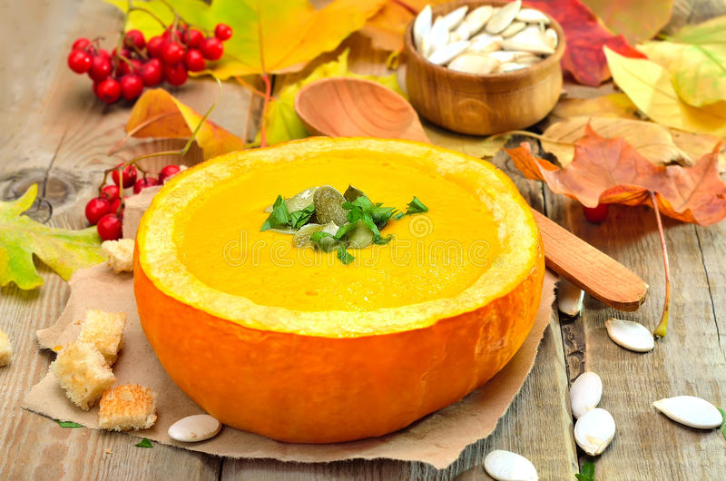 Sopa do vegetariano na abóbora imagens de stock royalty free