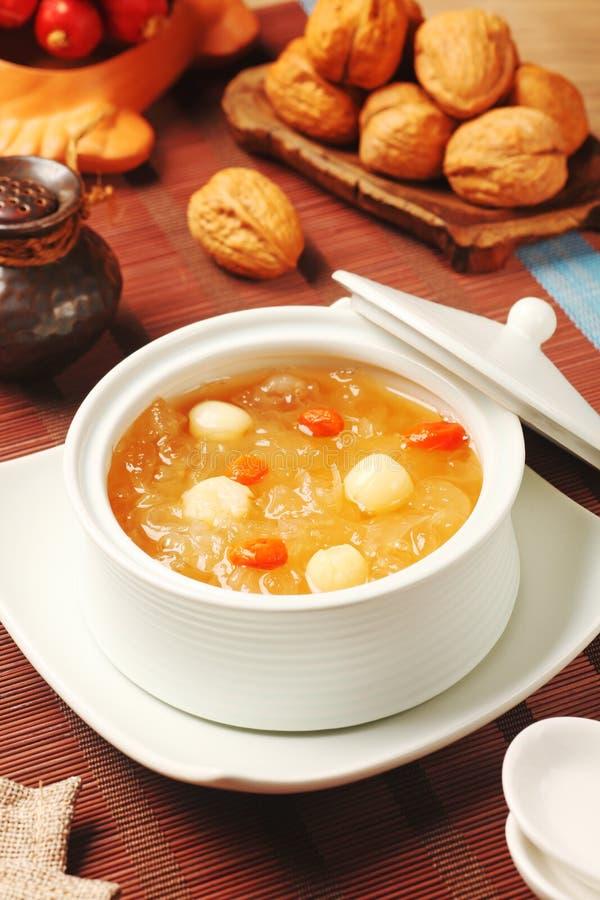 Sopa doce das sementes do fungo branco e dos lótus imagem de stock royalty free