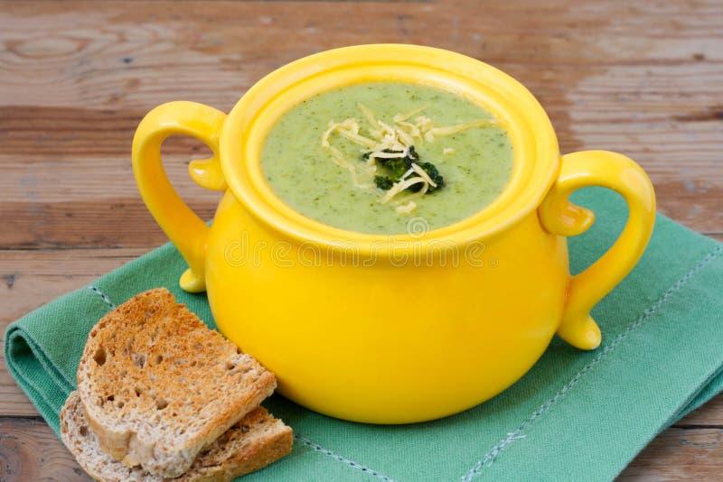 Sopa dos bróculos com queijo Cheddar imagens de stock