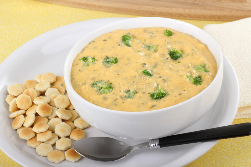 Sopa dos bróculos e do queijo Cheddar foto de stock