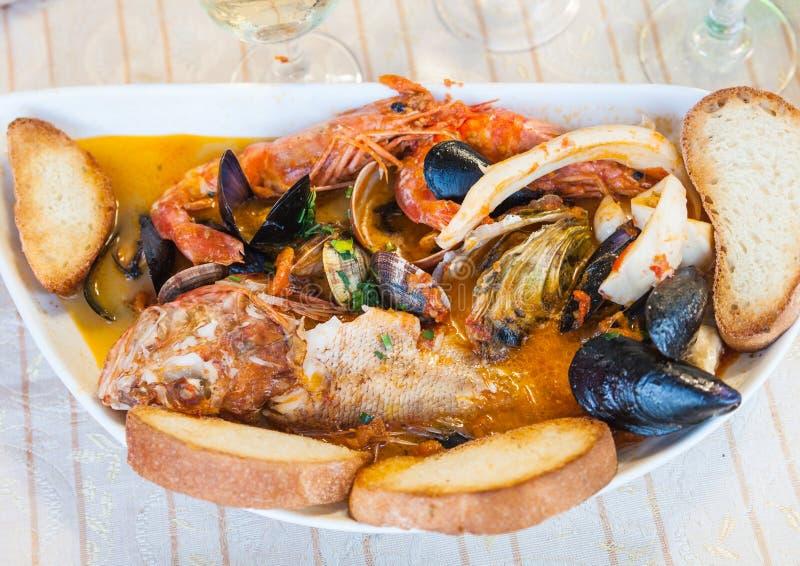Sopa dos peixes com marisco no restaurante siciliano foto de stock royalty free