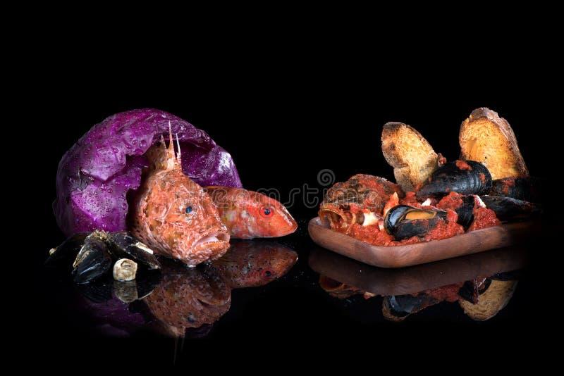 Sopa dos peixes, peixe cru, rascasso, salmonete vermelho, caranguejos fotografia de stock