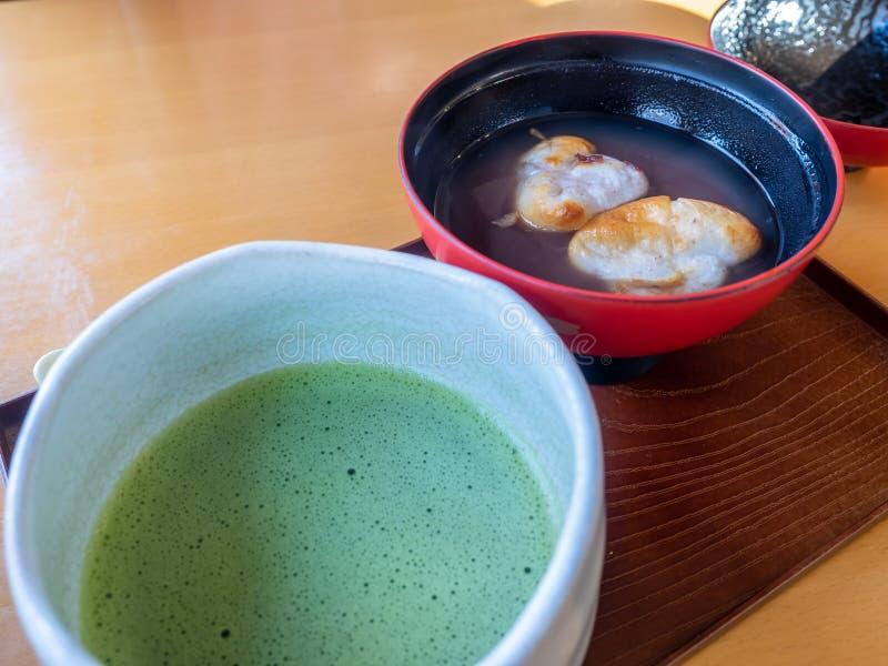Sopa dulce de la haba roja con té verde fotografía de archivo