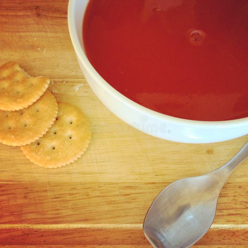 Sopa e biscoitos do tomate imagens de stock royalty free