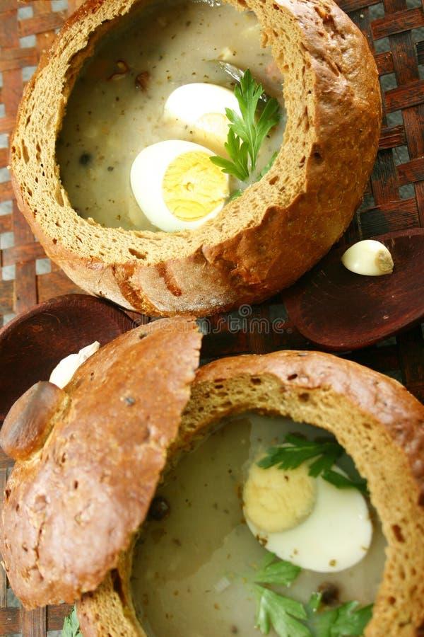 Sopa em uma pão-bacia fresca imagens de stock