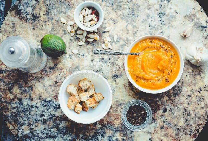 Sopa em uma placa branca, almoço saudável da abóbora de outono, vista superior fotografia de stock