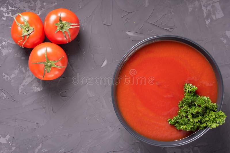 Sopa espanhola tradicional Gazpacho do tomate na bacia cerâmica no fundo concreto com espaço da cópia fotografia de stock royalty free