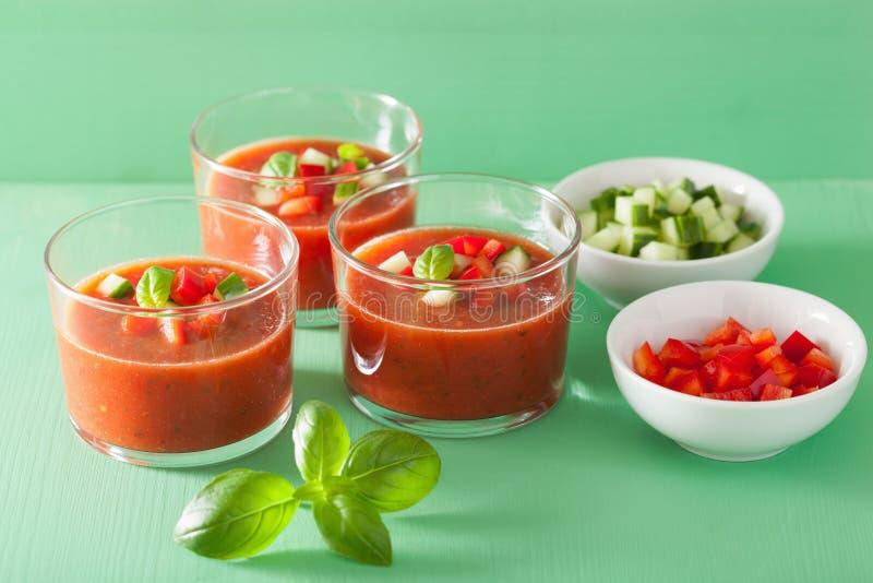 Sopa fría del gazpacho en vidrios imagenes de archivo