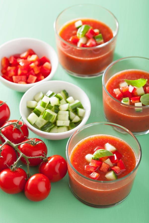 Sopa fría del tomate del gazpacho en vidrios fotografía de archivo libre de regalías