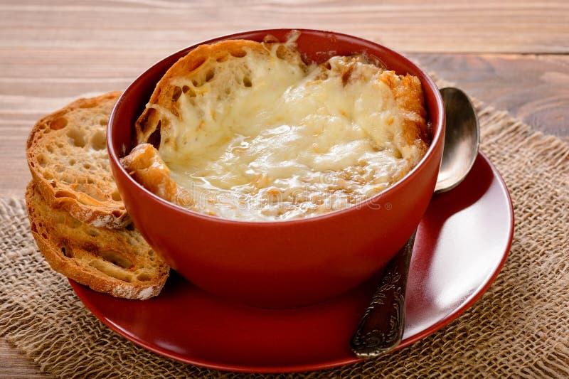 Sopa francesa da cebola com brindes na tabela de madeira foto de stock