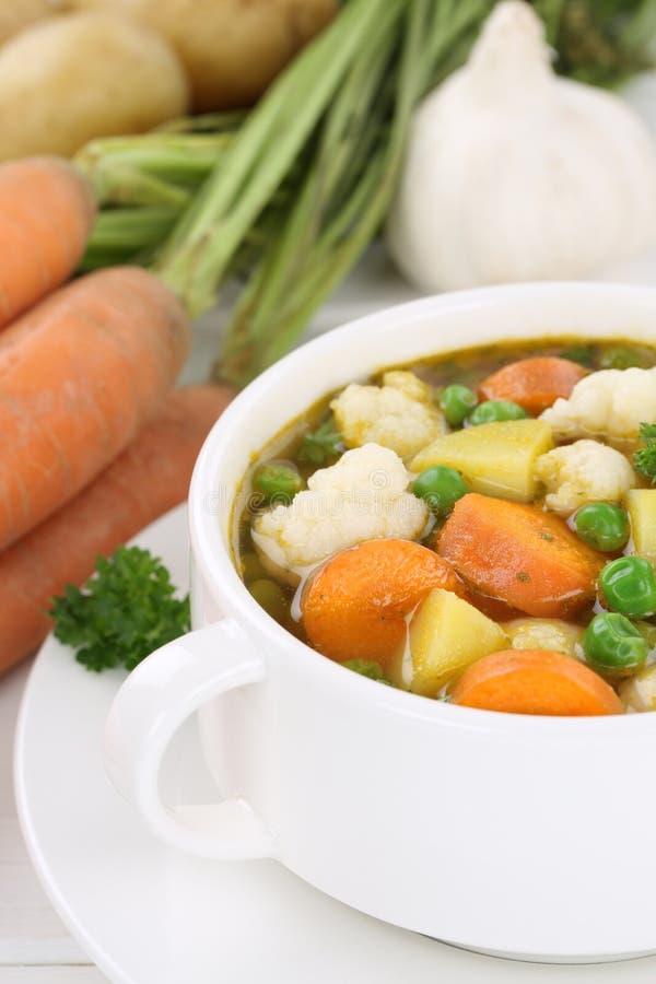Sopa fresca con las verduras vegetales en cuenco foto de archivo libre de regalías