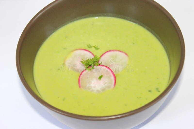 Sopa fresca das ervilhas e do rabanete fotografia de stock