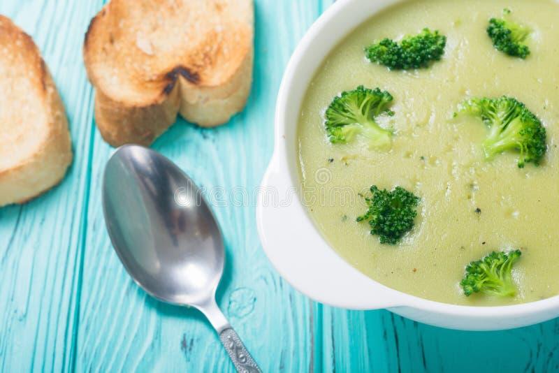 Sopa fresca de la crema del bróculi en cuenco imagenes de archivo