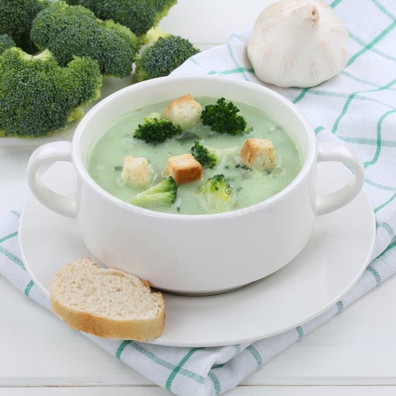 Sopa fresca del bróculi en la consumición sana del cuenco imagen de archivo