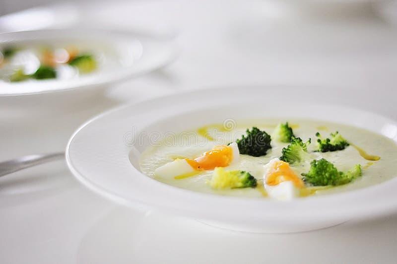 Sopa fresca deliciosa y sana del bróculi en la tabla Una sopa sabrosa del bróculi con los huevos, la crema y el bróculi hervido p fotografía de archivo libre de regalías