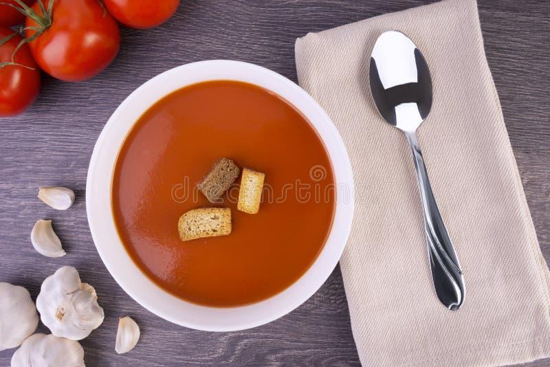 Sopa fresca do tomate em uma bacia branca imagens de stock