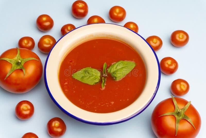 Sopa fria do tomate do vegetariano do verão de Gazpacho com manjericão em uma bacia fotos de stock