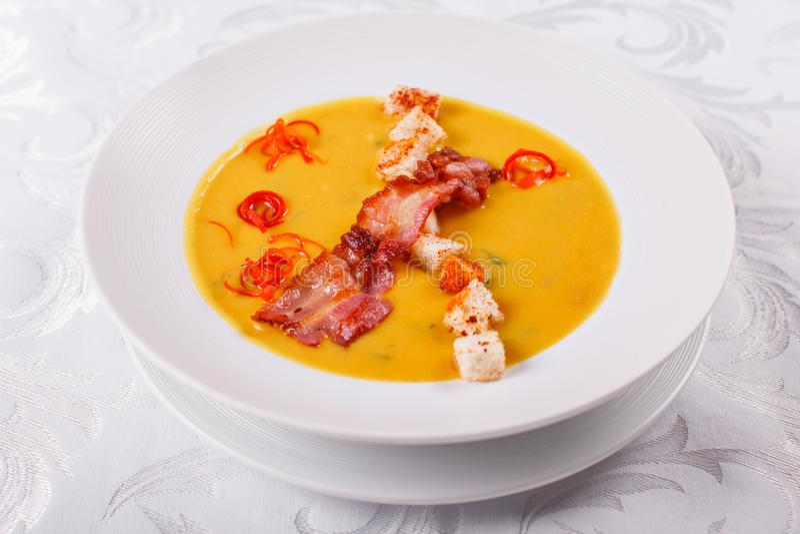 Sopa fria espanhola tradicional, com varas de pão e microplaquetas do bacon Bacon de Spanishwith do milho chowder fotografia de stock