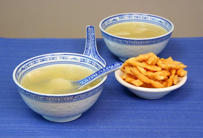 Sopa ganhada da tonelada no Dishware chinês fotografia de stock