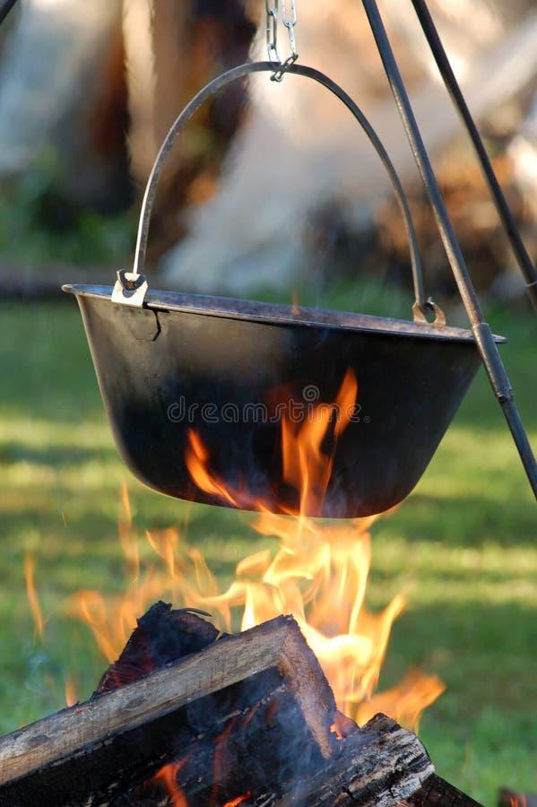 Sopa húngara de Gulyás en caldera   imagen de archivo libre de regalías