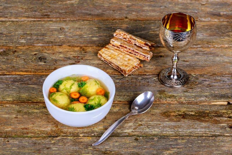 Sopa hecha en casa caliente de la bola de Matzo en un vino y un matzah de la pascua judía del cuenco fotografía de archivo
