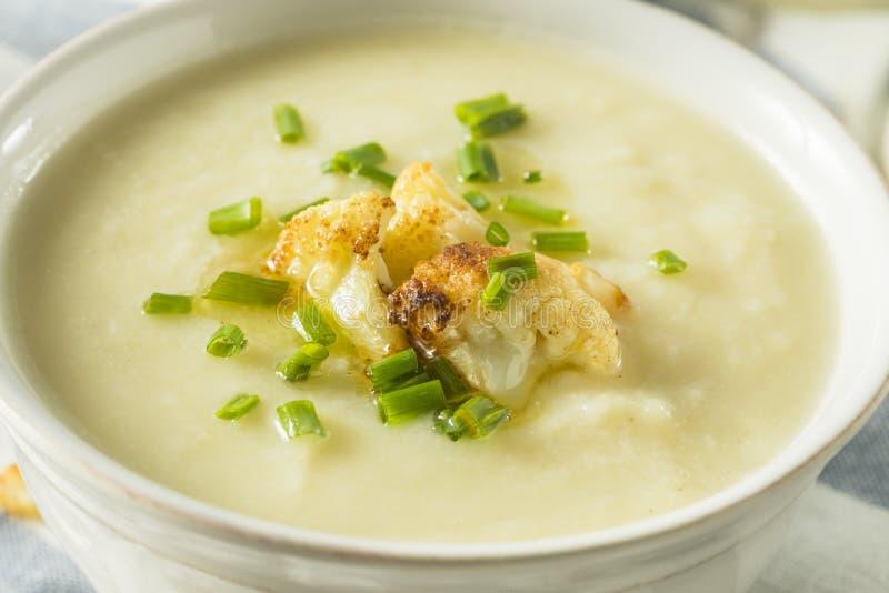 Sopa hecha en casa sana de la coliflor imagen de archivo