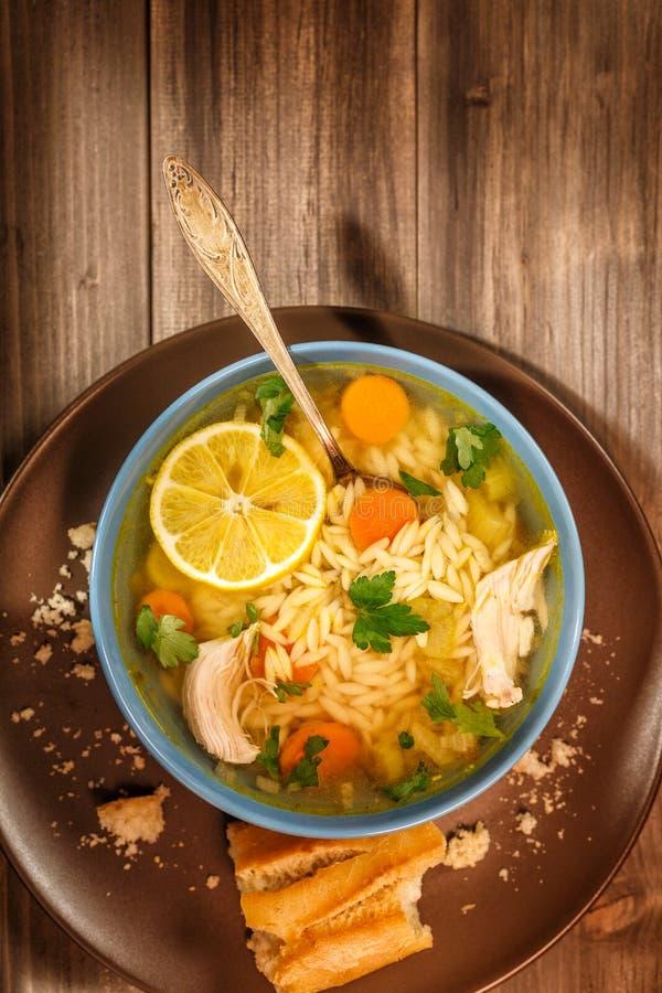 Sopa italiana de Orzo del pollo del limón fotos de archivo libres de regalías