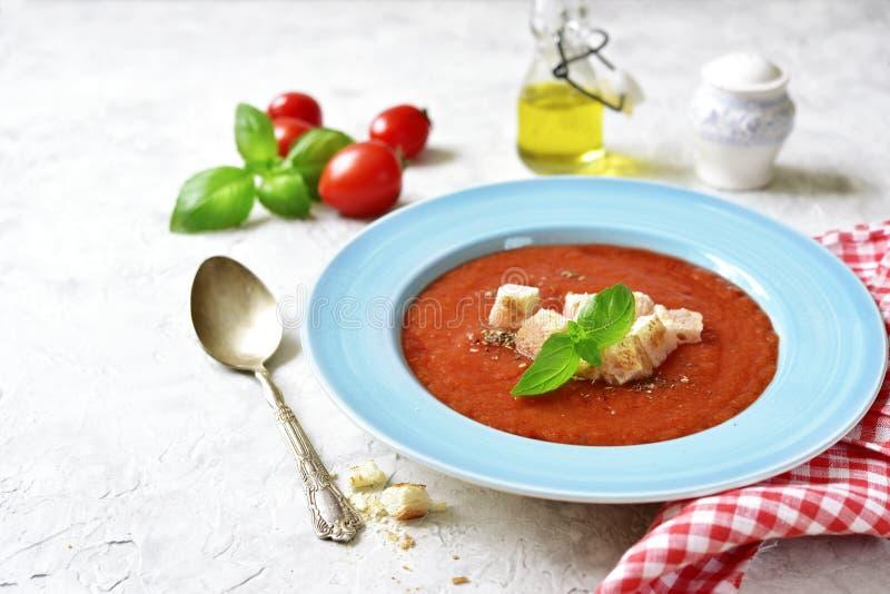 Sopa italiana tradicional del tomate o gazpacho español Visión superior fotografía de archivo libre de regalías
