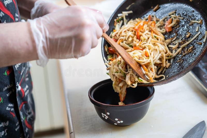 Sopa japonesa de los ramen con el pollo, el huevo, las cebolletas y el brote en fondo de madera oscuro fotos de archivo