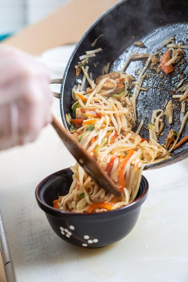 Sopa japonesa de los ramen con el pollo, el huevo, las cebolletas y el brote en fondo de madera oscuro foto de archivo
