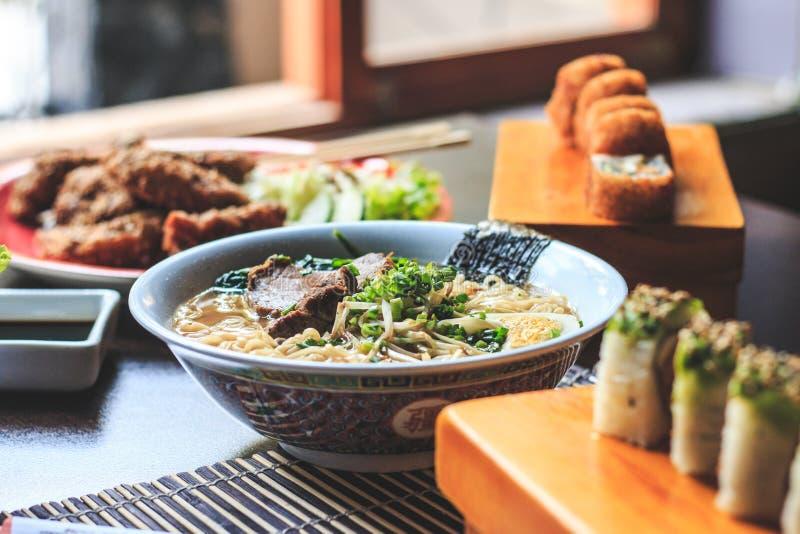 Sopa japonesa de los ramen con el pollo imagen de archivo