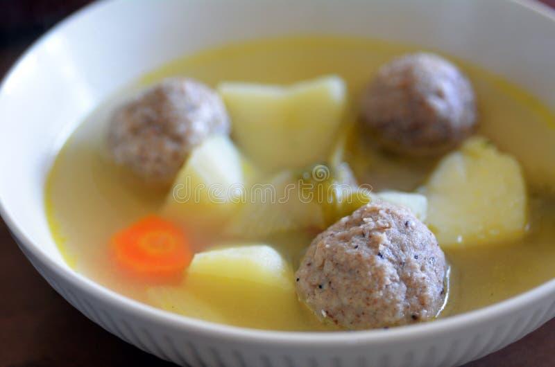 Sopa judaica das bolas do Matzah fotografia de stock royalty free