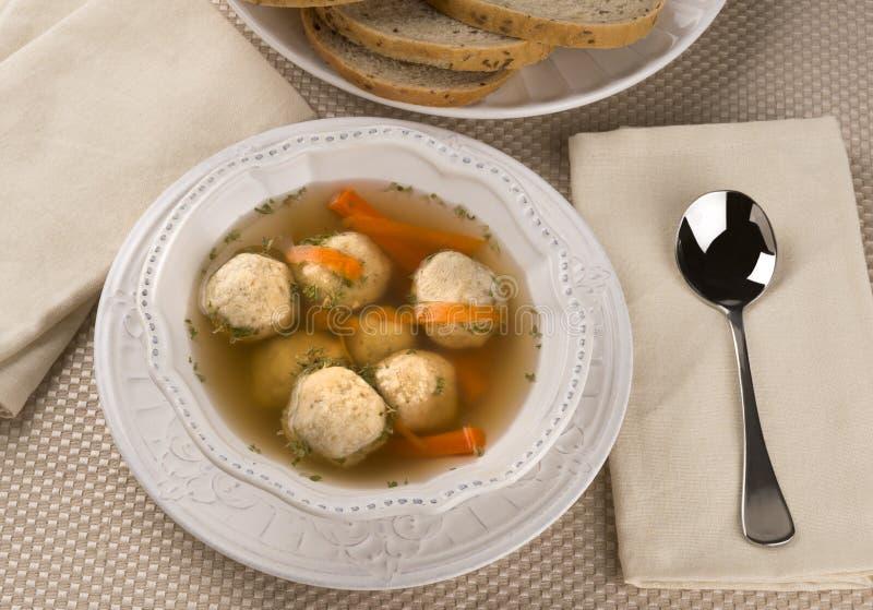 Sopa judaica tradicional da bola do Matzah do prato da páscoa judaica fotografia de stock