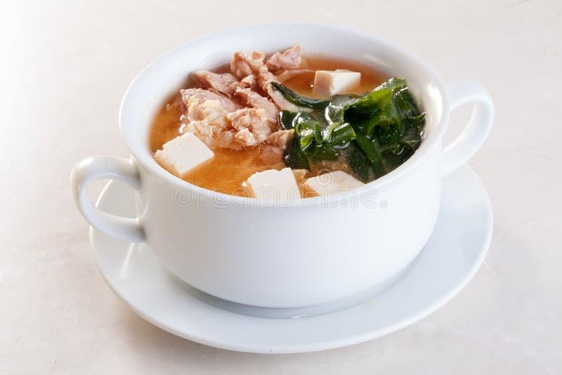 Sopa, kimchi, kim, nori del miso de la ji, pollo, sopera del queso de soja con las manijas en un fondo blanco para el menú imagen de archivo
