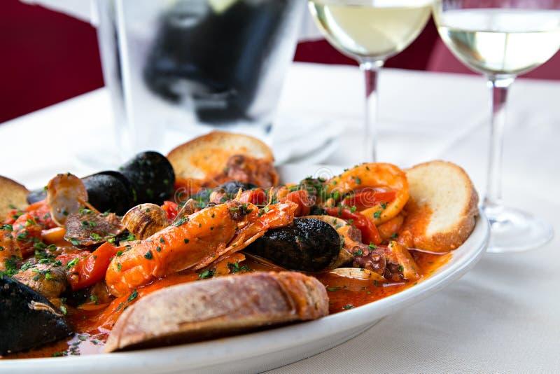 Sopa mediterrânea dos tomates do alimento de mar imagens de stock