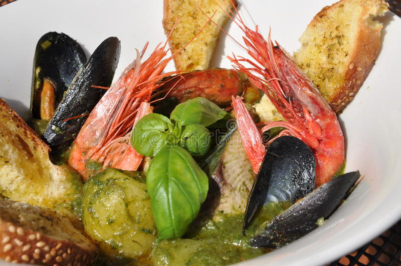 Sopa mediterrânea tradicional dos peixes - zuppa di pesce fotografia de stock royalty free