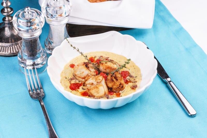 Sopa mediterrânica com frutos do mar, carne de caranguejo, peixe e galinha com caldo cremoso foto de stock