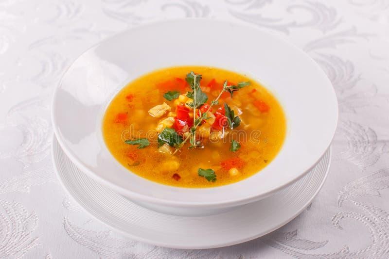 Sopa mexicana fresca del tomate con maíz y verduras Cuenco de sopa de habas con romero como chili con carne con los tacos imagen de archivo