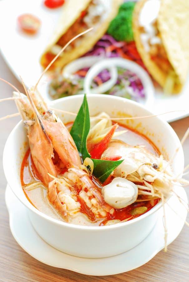 Sopa picante com camarão na bacia imagens de stock royalty free