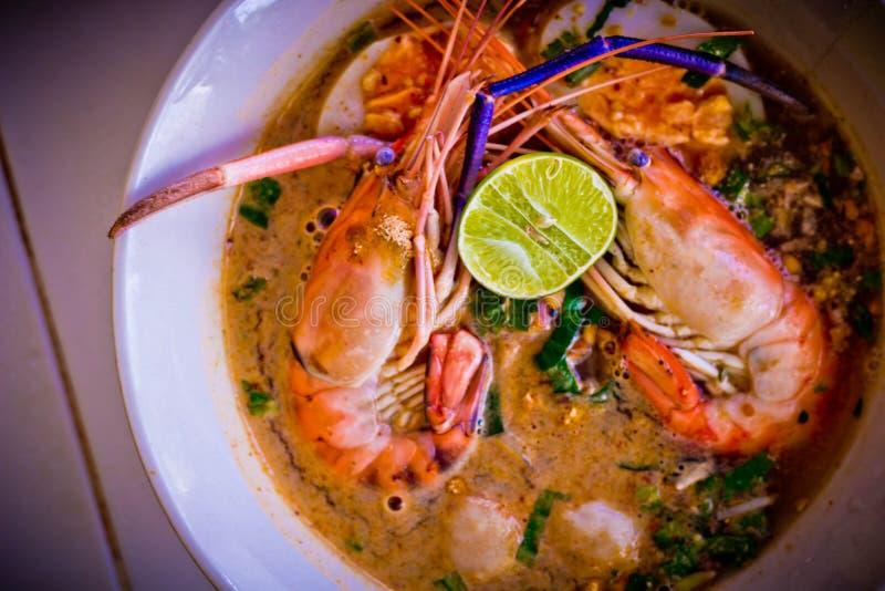 Sopa picante del camarón de los tallarines en cuenco en la tabla, kung de Tom Yum foto de archivo