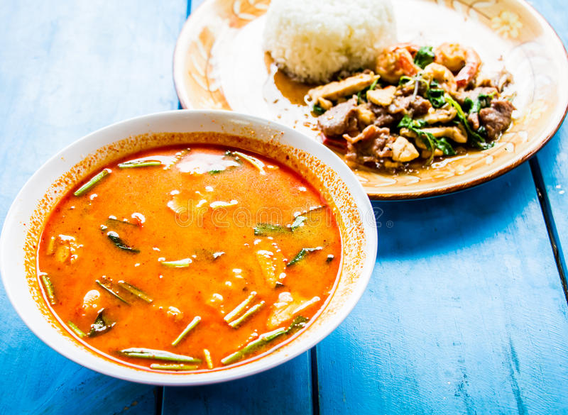 Sopa picante do nardo com camarão salteado e carne de porco foto de stock royalty free