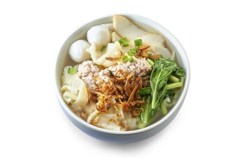 Sopa plana de Pan Mee con los ingredientes cocinados fotos de archivo