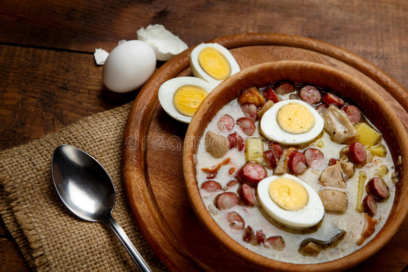 Sopa polaca tradicional Zurek de Pascua imagen de archivo