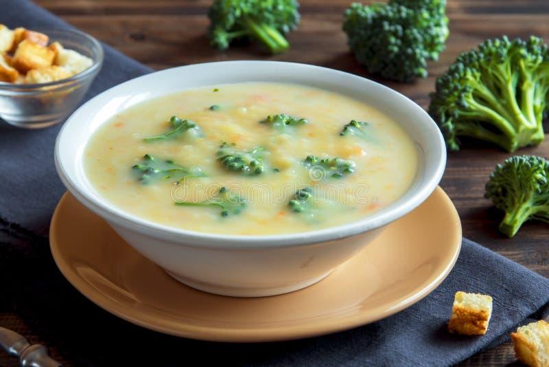 Sopa poner crema con bróculi imagenes de archivo