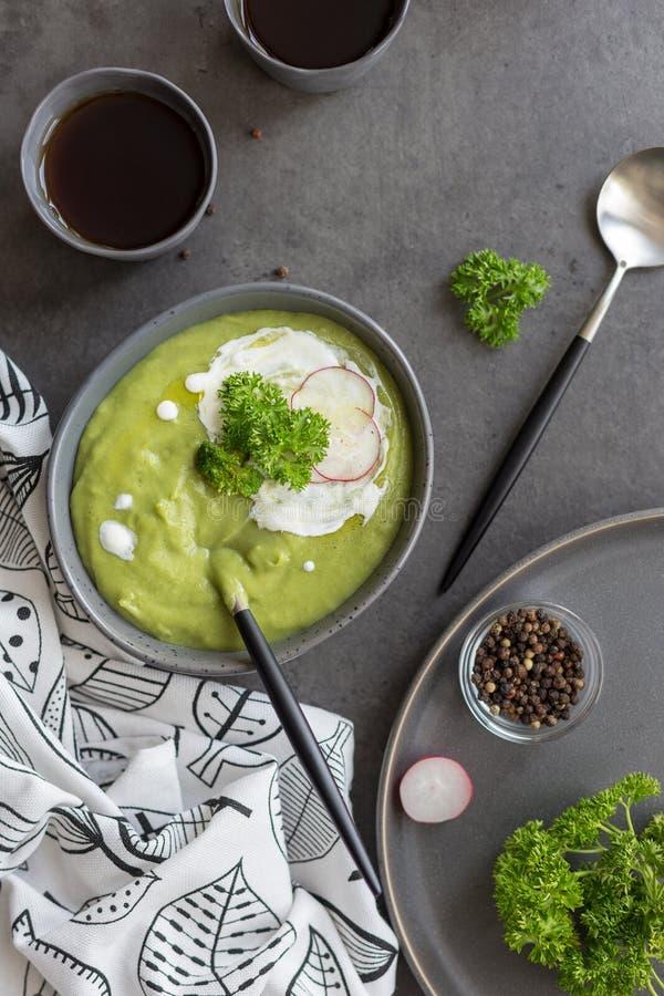 Sopa poner crema con bróculi y crema agria fotografía de archivo libre de regalías