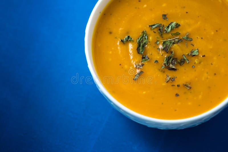 Sopa poner crema de la calabaza Sopa fresca con las hierbas en un fondo, concepto del otoño Comida sana sabrosa imágenes de archivo libres de regalías